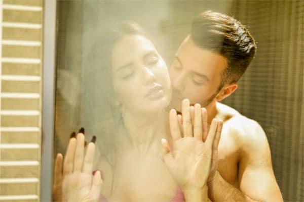 Quan hệ chớp nhoáng trong nhà tắm khiến nàng sướng rên